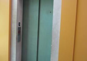 エレベーターの笑い声
