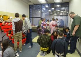 ひな祭り茶会準備、日本を学ぶ学生さんと子育てコミュニティーの組み合わせ